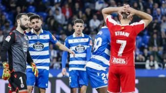 Stuani es lamenta davant diversos jugadors del Deportivo, durant el duel que els gironins van disputar a Riazor