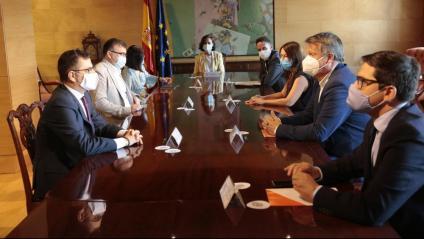 Imatge de la reunió entre el govern espanyol i Cs al Congrés dels Diputats encapçalada per la vicepresidenta Carmen Calvo i el portaveu adjunt de la formació liberal, Edmundo Bal
