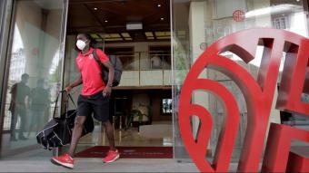 Un jugador del Fuenlabrada sortint de l'hotel de la Corunya on va estar confinat
