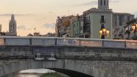 Pont de Pedra de Girona, amb una foto dels membres del Tribunal Suprem que van jutjar l'1-O cap per avall