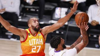Anthony Davis anota davant Rudy Gobert