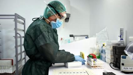 Un tècnic de laboratori treballa amb mostres de PCR