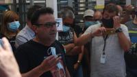 El representant sindical de la UGT de Nissan, Javi Hernández, s'adreça als treballadors que estaven esperant davant l'entrada de la planta de la Zona Franca