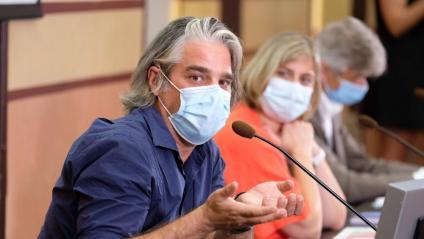 Jacobo Mendioroz, en una de les rodes de premsa amb Alba Vergés i Josep Maria Argimon