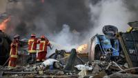 Un grup de bombers treballen a la zona zero de l'explosió entre vehicles destrossats