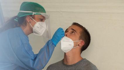 Una infermera realitza una prova PCR a un jove en el barri navarrès de Mendillorri davant el brot de Covid-19 que sofreix el barri pamplonès