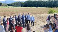 Els mitjans de comunicació, fotografiant les autoritats, ahir al matí, davant dels terrenys on es construirà el futur hospital