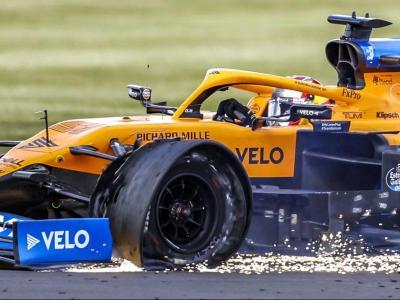 Carlos Sainz, amb la roda esquerra del davant punxada