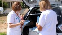 Dues professionals del CatSalut revisant el material i preparant-se per anar a fer PCR porta a porta a Ripollet ahir dimecres