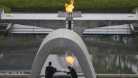 Un representant de les víctimes dona la llista dels noms de morts a l'alcalde d'Hiroshima, Kazumi Matsui, durant la cerimònia, ahir, al parc memorial de la Pau