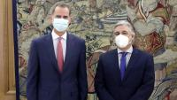 Felip VI, amb el ministre d'Afers Estrangers de l'Uruguai, Francisco Bustillo, ahir, al Palau de La Zarzuela