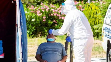 Un sanitari efectua una prova PCR a un home en Aranda de Duero (Burgos) on la situació de contagis es complica cada dia que passa amb nous brots declarats i on en els últims set dies el percentatge de persones amb PCR positiva per cada 10.000 targetes sanitàries s'ha disparat
