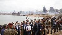 El president francès, Emmanuel Macron , durant la visita que va fer ahir a la zona zero de l'explosió al port de Beirut