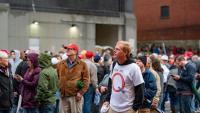 Un nord-americà amb una samarreta amb la Q del moviment QAnon