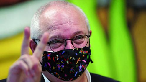 Lluís Puig fa el senyal de la victòria després de conèixer la resolució del tribunal belga