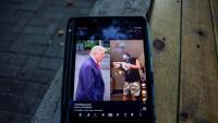 El president dels EUA, Donald Trump, en una pantalla amb una publicació de l'aplicació de TikTok