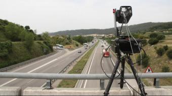 Control de velocitat dels Mossos ubicat sobre un pont
