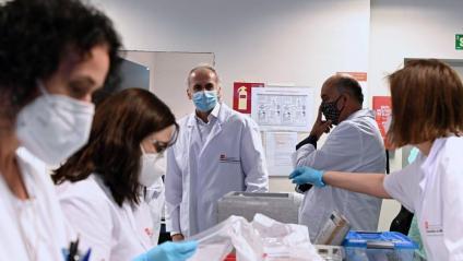El conseller de Sanitat de Madrid –centre–, Enrique Ruiz Escudero, durant la seva visita al Laboratori Regional de Salut Pública, referent en la realització d'estudis de seroprevalença. La Comunitat de Madrid és la que ha comunicat més casos –567– en les últimes 24 h