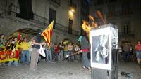 El 2007, Joan Carles I visita Girona i a la Plaça del Vi es cremen fotos dels reis