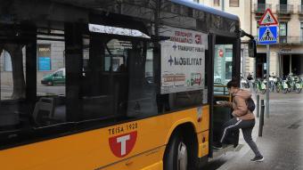 Una usuària pujant a un bus urbà de Girona, en una imatge de finals de març