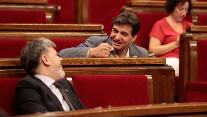 El president de JxCat al Parlament, Albert Batet, i el president d'ERC al Parlament, Sergi Sabrià, parlant animadament a l'hemicicle