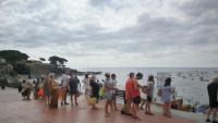 Una de les cues als accessos a la platja del Canadell de Calella de Palafrugell.
