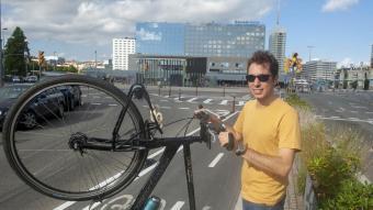 Carles Benito , que presideix del Bicicleta Club de Catalunya (BACC) des del 2016, en un carril bici de Barcelona a tocar de l'estació de Sants