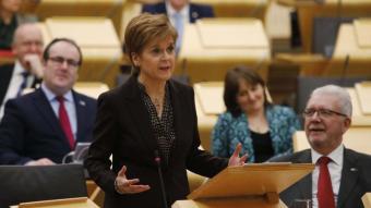 La primera ministra d'Escòcia i líder de l'SNP, NIcola Sturgeon , en una intervenció al Parlament d'Edimburg, el gener passat