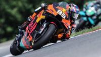 Binder amb la KTM per davant de Morbidelli a Brno
