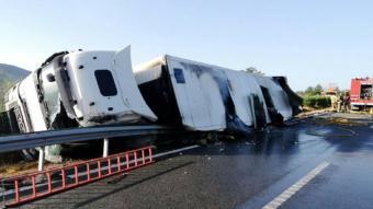 El camió tràiler bolcat i mig incendiat a l'AP-7 a Ulldecona
