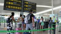 Passatgers fent cua per accedir a la T1 de l'aeroport del Prat