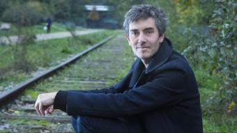 Sylvain Prudhomme (a la imatge, en unes vies de tren, tot i que a la novel·la passeja el lector per totes les carreteres de França) va guanyar el premi Femina amb 'Per la carretera'. L'obra planteja un seguit d'interrogants sobre l'amor, la recerca, el fet creatiu, les relacions socials, la por a perdre la felicitat, la paternitat, la generositat, el viatge... I tot amb un estil depurat i evitant caure en el tedi, en la descripció ornamental, però sense forçar girs d'argument.