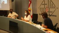 Pla general de la tinent d'alcaldia, Laura Pérez; el director de Justícia Global, David Llistar, i el coordinador de Metges del Món, Guillermo Martínez, durant la roda de premsa d'aquest dilluns