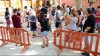 Imatge de la gent que esperava el seu torn per fer-se la PCR a Vilafranca del Penedès