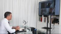 El president del govern espanyol, Pedro Sánchez, durant la videoconferència amb el ministre de Sanitat, Salvador Illa, i el director del Centre de Coordinació d'Alertes i Emergències Sanitàries, Fernando Simón