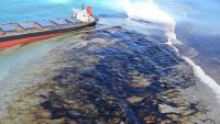Imatge del vaixell amb la taca del vessament de combustible en primer pla