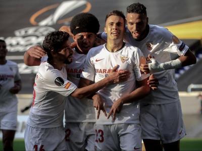Els jugadors del Sevilla celebren el gol de Reguilón