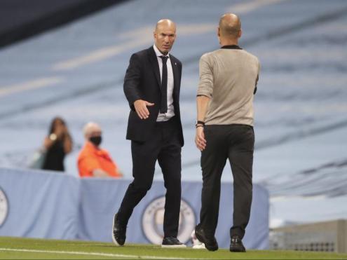 Pep Guardiola saluda Zidane després d'eliminar el Real Madrid de la Champions