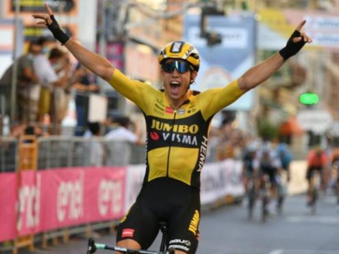 El guanyador alça els braços després de guanyar per un sospir