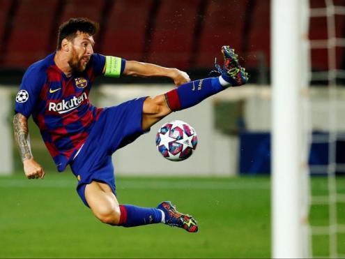 Messi intenta fer una rematada acrobàtica en el partit contra el Nàpols