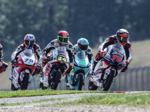 Albert Arenas (75) encapçala el grup de pilots de Moto3