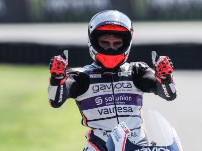Albert Arenas celebra la segona posició al final de la cursa