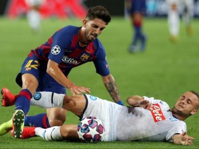 Monchu lluitant per una pilota en el partit del seu debut a la Champions contra el Nàpols