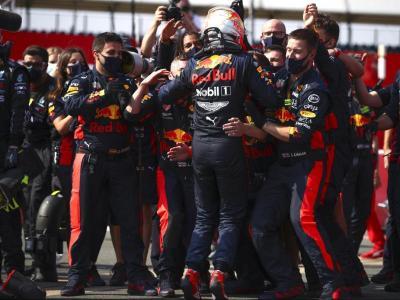 Max Verstappen s'abraça amb els integrants del seu equip