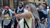 Uns manifestants tiren pedres a les forces de seguretat en un carrer prop del Parlament, a Beirut