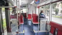 Usuaris en un autobús de Barcelona