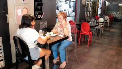 Dues clientes prenent cafè a l'interior d'una cafeteria, ahir a Lleida