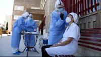 Personal sanitari prepara proves PCR per a treballadors de residències