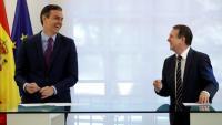 Sánchez i Caballero, <i> president de la FEMP i alcalde de Vigo, somrients en la firma de l'acord de mobilitat sostenible, el 4 d'agost a La Moncloa</i>