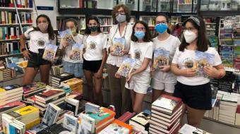 Les set noies autores d'un llibre solidari amb la propietària de la llibreria Empúries de Girona